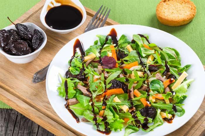 Очищающий салат с черносливом семечками и орехами