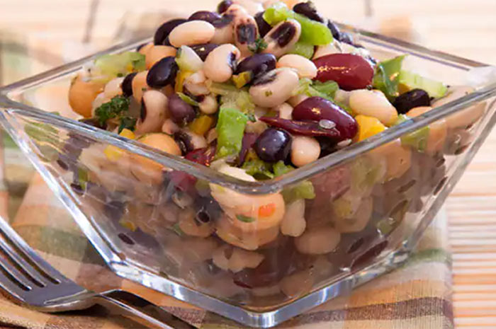 Салат из двух видов фасоли: красной и стручковой