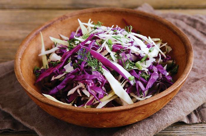 Салат «Коулсло» с двумя видами капусты: белокочанной и краснокочанной