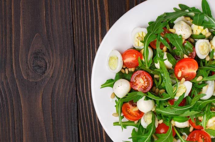 Салат с рукколой из перепелиных яиц с помидорами черри и сыром пармезан