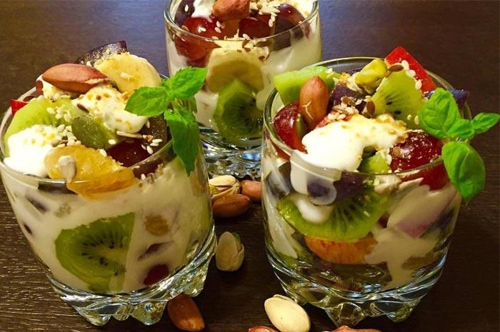 Фруктово-ягодный салат с орехами, курагой и йогуртом