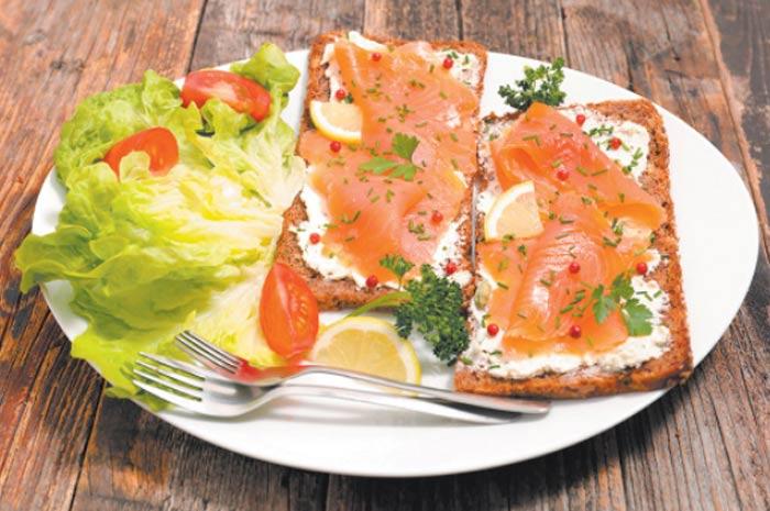 Цельнозерновой хлеб или тосты со слабосоленым лососем