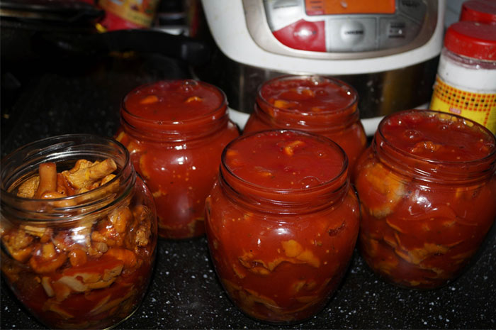 Грибы в томатном соусе с луком и морковью