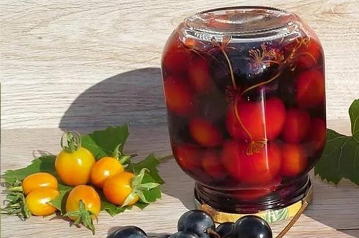 Помидоры черри маринованные с темным виноградом